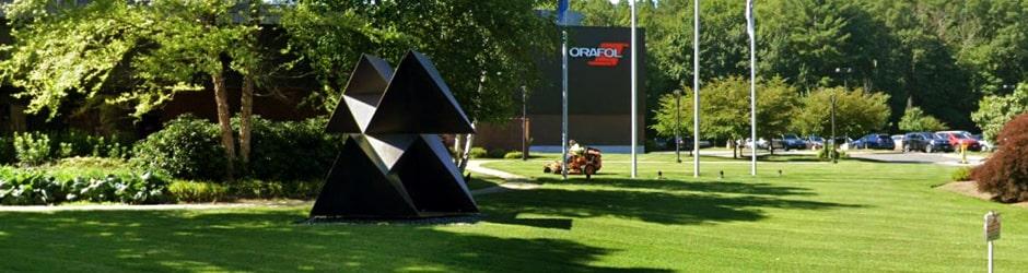 skulptur brilliant corners vor orafol americas gebäude (ehemals reflexite)