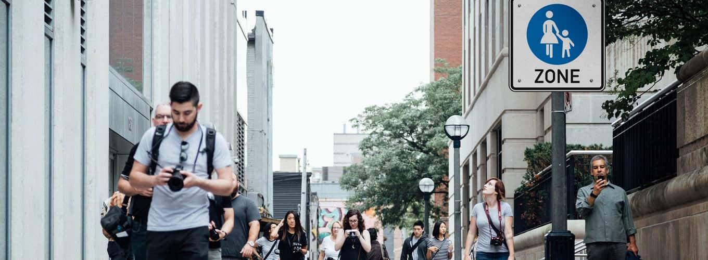 Menschen laufen durch eine Stadt Verkehrszeichen Fußgängerzone